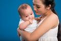μητέρα με το  ατρευτό μικρό παι ί Στοκ Εικόνες