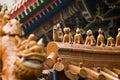 Οι μαρκίζες του κινεζικού κτηρίου ύφους, με το άγαλμα Στοκ Εικόνα