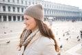 πορτρέτο της ευτυχούς νέας γυναίκας στην π ατεία san marco μεταξύ των Στοκ εικόνες με δικαίωμα ελεύθερης χρήσης