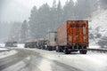 Τα μεγάλα truck παλεύουν μια χειμερινή θύελλα Στοκ Φωτογραφίες