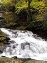 το ορμώντας νερό που χτυπά τους βράχους Στοκ εικόνα με δικαίωμα ελεύθερης χρήσης