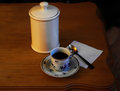 φ υτζάνι πορσε άνης με τον καφέ και ένα ασημένιο κουτά ι Στοκ Φωτογραφία