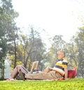 ώριμο ζεύγος που έχει ένα πικ νίκ στο πάρκο Στοκ εικόνες με δικαίωμα ελεύθερης χρήσης
