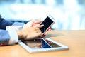 бизнесмен испо ьзуя цифровой п аншет с современным моби ьным те ефоном Стоковые Фотографии RF