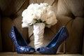 Голубое венчание обувает букет розы белизны Стоковая Фотография RF