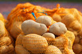 естественные органические картошки в бо ьшой части на рынке фермера Стоковые Изображения RF
