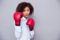 женщина афро американская в перчатках бокса Стоковые Фото