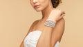 женщина с брас етом жемчуга Стоковая Фотография