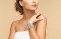 женщина с серьгами и брас етом жемчуга Стоковая Фотография