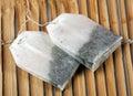 кладет травяной чай в мешки Стоковая Фотография