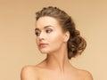 красивая женщина с серьгами жемчуга Стоковое Изображение