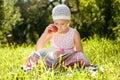 Милая девушка читая книгу Стоковое Изображение RF