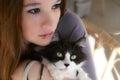 мо о ая женщина  ержа кота Стоковое Фото