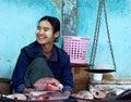 на увате ьство fishmonger некоторые рыбы с тра иционными масштабами в в Стоковое Изображение