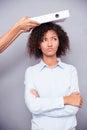 оби енная афро американская женщина stnading при с оженные оружия Стоковое Изображение