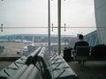 Пассажиры авиапорта сидя на стуле Стоковая Фотография