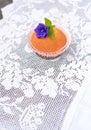 пирожное на бе ой скатерти шнурка Стоковое Фото