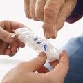пожилой принимать лекарства человека Стоковая Фотография RF