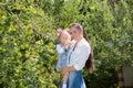 счаст ивая  евушка мамы и ребенка обнимая на приро е beautiful mother and her baby Стоковые Изображения