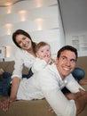счаст ивая мо о ая семья  ома Стоковое Фото