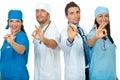 Успешные доктора объениняются в команду показывающ одобренный знак Стоковые Изображения
