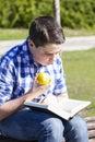 че овек happiness young читая книгу в внешнем с же тым яб оком Стоковые Фотографии RF