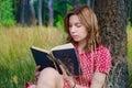 чтение парка  евушки книги Стоковое фото RF