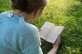 чтение парка  евушки книги Стоковое Фото
