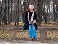 чтение девушки книги напольное милое Стоковые Фотографии RF