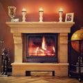 一个家的照片内部有一个灼烧的壁炉、蜡烛和装饰的 为圣诞节的礼物准备 免版税库存照片