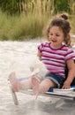 一个小女孩的 象,坐海  库存照片