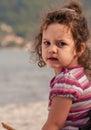 一个小女孩的 象,坐海  免版税库存图片