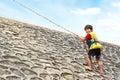 上升使用绳索的孩子 免版税库存图片