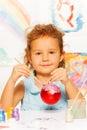 上色圣诞树的女孩新 球 免版税图库摄影
