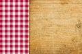 与一张红色方格的桌布的土气木背景 免版税图库摄影
