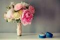 与圆环的新娘婚礼花束在一张白色桌上 免版税库存图片