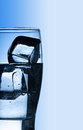 与新鲜的凉水和冰的玻璃 免版税图库摄影