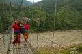 两名尼泊尔妇女和一座桥梁在chitwan,尼泊尔 库存图片