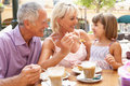 享用孙女祖父项的咖啡 免版税库存图片