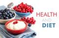 健康早餐 新鲜的莓果和自然酸奶或者变酸 免版税库存图片