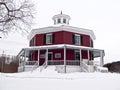 八角形物形状的房子 免版税库存照片