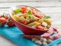 冷的意大利面制色拉用切片蕃茄无盐干酪和豆 免版税图库摄影