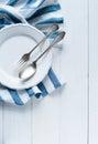 利器、瓷板材和白色亚 布餐巾 免版税图库摄影