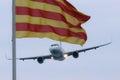 卡塔龙尼亚的空客 vueling和旗子 库存图片