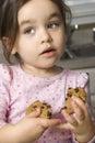 吃女孩的曲奇饼 免版税库存图片
