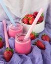圆 的人用酸奶和草莓 在空白背景的果子cocktail isolated 库存图片