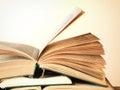 在一张木桌上的老开放新颖的书 免版税库存图片