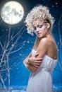 在妇女之下的秀丽月亮 免版税库存照片