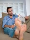 在家放松和作梦在沙发的  人 免版税库存图片