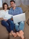 在家研究便携式计算机的 松的  夫妇 免版税库存图片